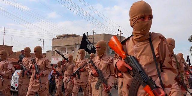 """Arkivbild från 2015. Unga pojkar som kallas för """"kalifatets pojkar"""" deltar i en parad i Mosul.  Uncredited / TT NYHETSBYRÅN"""