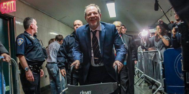 Harvey Weinstein på väg in i rättssalen. Bebeto Matthews / TT NYHETSBYRÅN