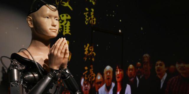 Roboten Kannon håller i en predikan. CHARLY TRIBALLEAU / AFP