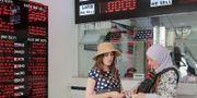 Arkivbild: Kvinnor växlar pengar i Istanbul. TT