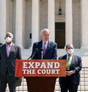 Demokraterna presenterar förslaget framför domstolsbyggnaden. J. Scott Applewhite / TT NYHETSBYRÅN