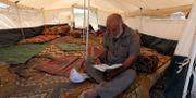 Bild från dagen. Man läser koranen i ett av protestlägren IBRAHEEM ABU MUSTAFA / TT NYHETSBYRÅN