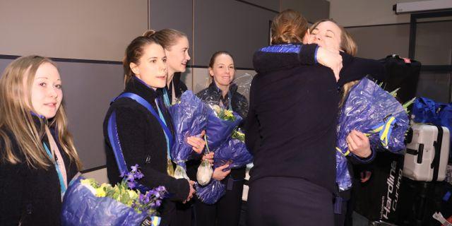 Guldmedaljörerna i curlinglaget Hasselborg anlände till Arlanda på måndagen. Sören Andersson/TT / TT NYHETSBYRÅN