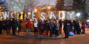 Demonstranter protesterar mot den nya lagen utanför polska parlamentet. JANEK SKARZYNSKI / AFP