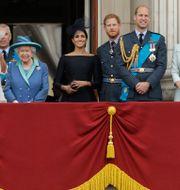 Brittiska kungafamiljen, Meghan Markle i svart i mitten och prins Harry till höger om henne. Matt Dunham / TT NYHETSBYRÅN