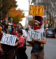 Protester i Philadelphia, Pennsylvania, kring Trumps stämningar. Rebecca Blackwell / TT NYHETSBYRÅN
