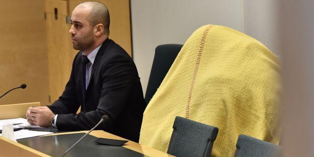 En av de 53-åriga männen i rättssalen tillsammans med sitt biträde. Jonas Ekströmer/TT / TT NYHETSBYRÅN