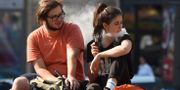 En man och en kvinna röker e-cigaretter. SERGEI SUPINSKY / AFP