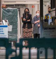 Hustrun Hillary Clinton på sjukhuset i Orange, Kalifornien. Damian Dovarganes / TT NYHETSBYRÅN