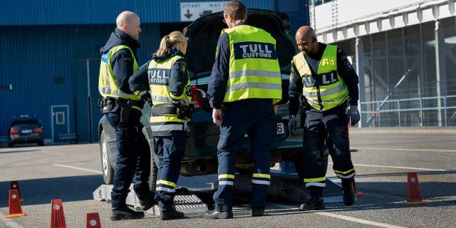 Tulltjänstemän vid en insats i Stockholm. Arkivbild. ANDERS WIKLUND / TT / TT NYHETSBYRÅN