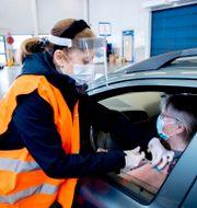 Sandra Hallberg vaccinerar mot covid-19 i Saabs gamla bilfabrik i Trollhättan.  Adam Ihse/TT / TT NYHETSBYRÅN
