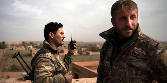SDF-soldater på ett tak i Baghouz. Felipe Dana / TT NYHETSBYRÅN