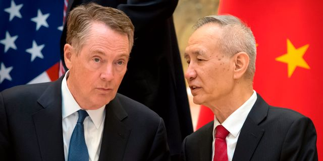 Arkivbild: Robert Lighthizer (tv) och Liu He. MARK SCHIEFELBEIN / POOL