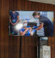Sjuksköterskan Zulema Riquelme i Chiles huvudstad Santiago får vaccinet på julafton. Esteban Felix / TT NYHETSBYRÅN