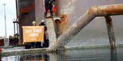 Aktivister ombord på oljeriggen.  HANDOUT / TT NYHETSBYRÅN