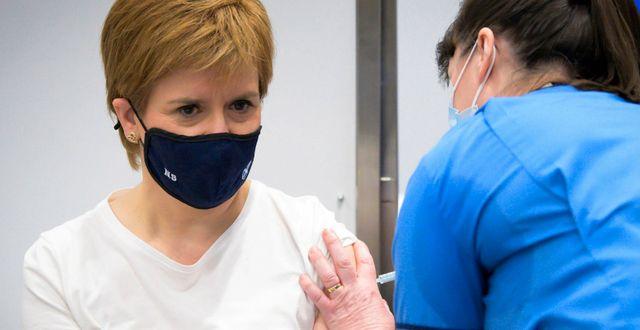 Skottland Nicola Sturgeon vacicneras med Astras vaccin.  Jane Barlow / TT NYHETSBYRÅN