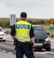 Arkivbild. Polisen längs E65 efter stenkastningen mot bilar.  Johan Nilsson/TT / TT NYHETSBYRÅN