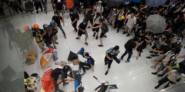 Polis och demonstranter i en galleria i Sha Tin-distriktet i söndags.  Kin Cheung / TT NYHETSBYRÅN