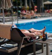 Arkivbild: En turist solbadar vid hotellet Riu Concordia i Palma de Mallorca, 2020.  Joan Mateu / TT NYHETSBYRÅN