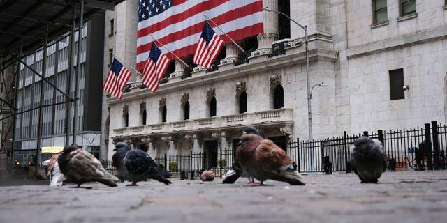 Bara duvor syns på Wall Street, när New York är satt i karantän. SPENCER PLATT / TT NYHETSBYRÅN
