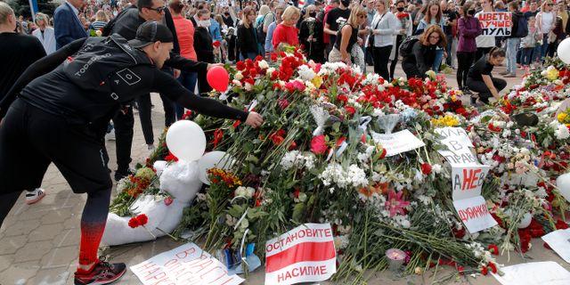Blommor vid platsen där demonstranten dog. Dmitri Lovetsky / TT NYHETSBYRÅN