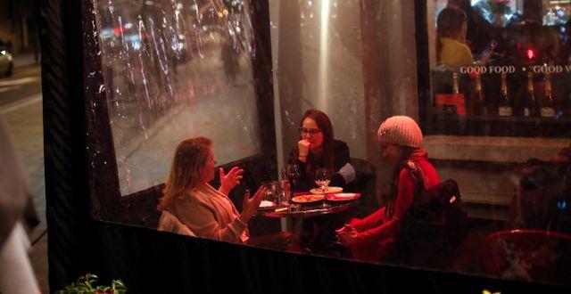 Gäster på en restaurang i Bryssel igår. Francisco Seco / TT NYHETSBYRÅN