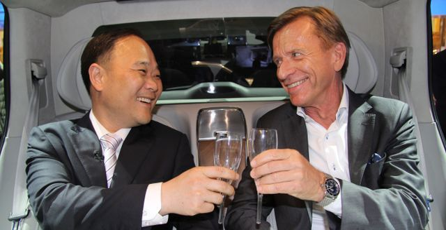 Styrelseordförande Li Shufu och vd Håkan Samuelsson.  KARIN OLANDER / TT / TT NYHETSBYRÅN