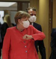 Tysklands förbundskansler Angela Merkel hälsar på Europeiska rådets ordförande Charles Michel  i samband med mötet.  Stephanie Lecocq / TT NYHETSBYRÅN