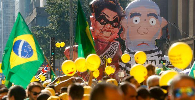 2016: Demonstranter krävde att Lula da Silvas efterträdare på presidentposten Dilma Rousseff ställdes inför riksrätt i kölvattnet av Petrobras-skandalen. Andre Penner / TT NYHETSBYRÅN