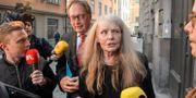 Arkivbild. Akademiledamöterna Horace Engdahl och Kristina Lugn lämnar Börshuset. Janerik Henriksson/TT / TT NYHETSBYRÅN
