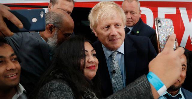 Boris Johnson möter supportrar. Frank Augstein / TT NYHETSBYRÅN