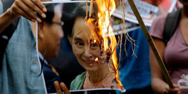 Demonstration mot Aung Sang Suu Kyi i Indien. Bikas Das / TT / NTB Scanpix