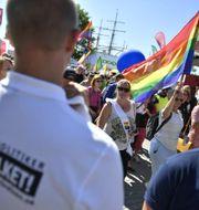 Mångfaldsparaden i Visby passerar nazistiska NMR:s manifestation. Vilhelm Stokstad/TT / TT NYHETSBYRÅN