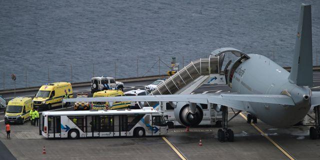 Patienterna förs ombord på planet. Armando Franca / TT NYHETSBYRÅN