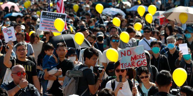 Demonstranter i Hongkong på söndagen.  Vincent Thian / TT NYHETSBYRÅN