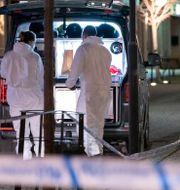 Polisens tekniker vid den då misstänkta brottsplatsen.  Johan Nilsson/TT / TT NYHETSBYRÅN