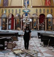 Kvinna i skadad kyrka/António Guterres TT