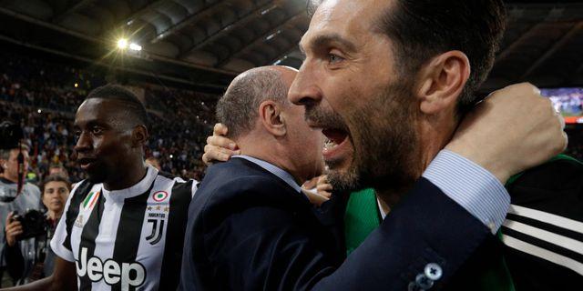 Buffon längst till höger. Gregorio Borgia / TT NYHETSBYRÅN