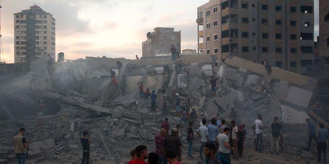 Palestinier granskar skadorna på en byggnad efter Israels flygräd mot Gaza City 9 augusti.  Khalil Hamra / TT / NTB Scanpix