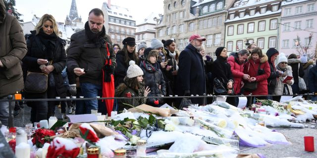 Blommor och ljus i Strasbourg.  SEBASTIEN BOZON / AFP