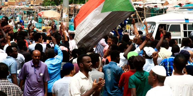 Protester i Sudan.  EBRAHIM HAMID / AFP