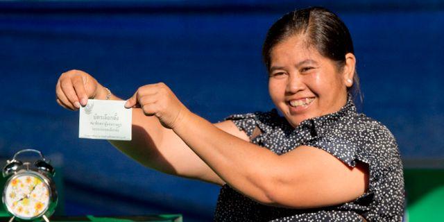 En kvinna röstar i Bangkok.  Gemunu Amarasinghe / TT NYHETSBYRÅN