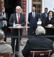 Peter Hultqvist och Frankrikes försvarsminister Florence Parly håller en pressträff utanför Karlbergs slott.  Claudio Bresciani/TT / TT NYHETSBYRÅN