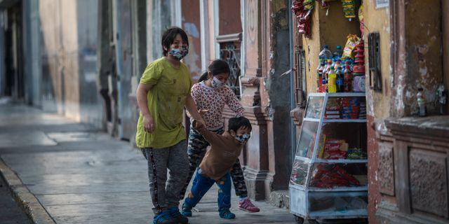 Barn leker i Lima. Rodrigo Abd / TT NYHETSBYRÅN