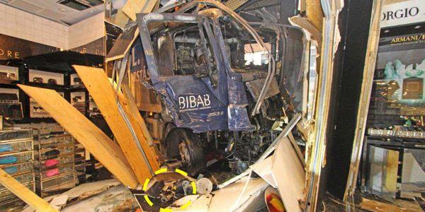 Bilen kraschade in på Åhlens. Foto: Polisen/TT TT