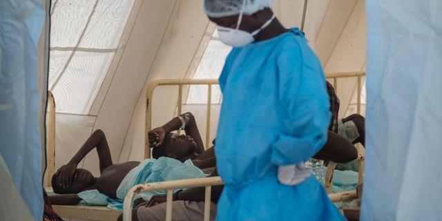 Människor får sjukvård vid en av de tillfälliga koleraklinikerna som satts upp i Beira i Moçambique. YASUYOSHI CHIBA / AFP