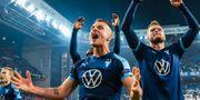 Malmö FF-spelarna jublar med fansen. PETTER ARVIDSON / BILDBYRÅN