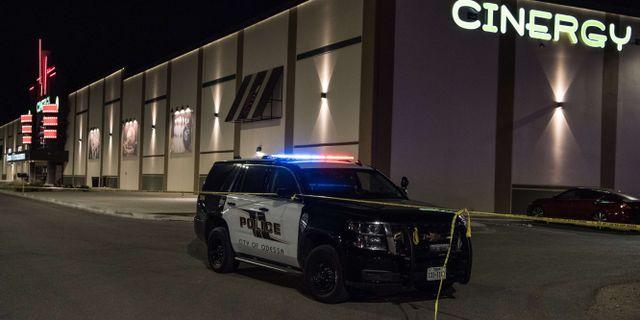 Polisavspärrningar vid den biograf där skytten dödades efter skottlossning Cengiz Yar / GETTY IMAGES NORTH AMERICA
