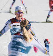 Sundling tas emot av Dahlqvist efter målgången. JOHANNA LUNDBERG / BILDBYRÅN