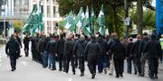 Den nazistiska organisationen Nordiska motståndsrörelsen marscherar med plakat och flaggor i en tillståndslös demonstration den 17 september. Björn Larsson Rosvall/TT / TT NYHETSBYRÅN